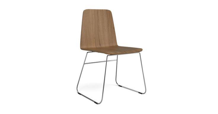A Chair stolen er i sin rene enkelthed et genialt møbel. Den klassiske stol med et nyt lækkert design over sig gør at den er rigtig god at sidde i og meget nem at rengøre. Benene er i larkeret rustfrit stål eller sort.
