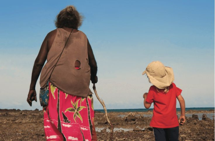 Een familie laat de doorgedraaide wereld achter zich en begint aan de reis van hun leven. Samen met hun drie kinderen reizen ze naar alle uithoeken van de aarde op zoek naar een nieuw perspectief op het leven en de wereld waarin we leven. Zonder crew, zonder vastomlijnd plan; met maar elk met een camera en een rugzak. En de nieuwsgierigheid om te luisteren. Tijdens hun vijf jaar durende avontuur leven ze met en bij verschillende stammen op zes continenten. Ze lmen hun ontmoetingen met de…