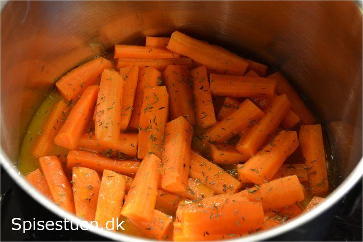 Appelsin og gulerødder er et fantastisk match :-) Gulerødderne er dampet i appelsinsaft med lidt timian og olivenolie, intet andet, og det smager vidunderligt :-) Skønt tilbehør hvor man ellers får…