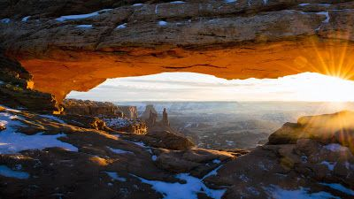 Bing fotos: The sun peeks through Mesa Arch in Canyonlands National Park, Utah (© Zev Yanovich)