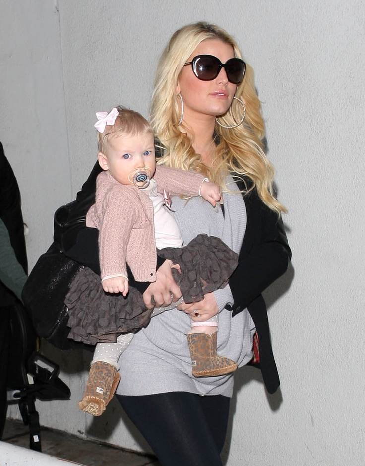 Jessica Simpson totes Maxwell! Think she's really pregnant again?!