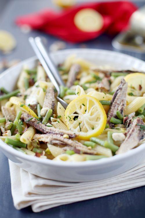 125 g de penne 1 petite poignée de haricots verts frais ou surgelés 1 boîte de sardine à l'huile (4-5 sardines) De la ciboulette 6 tranches de citron quelques pistaches grillées Sel, poivre