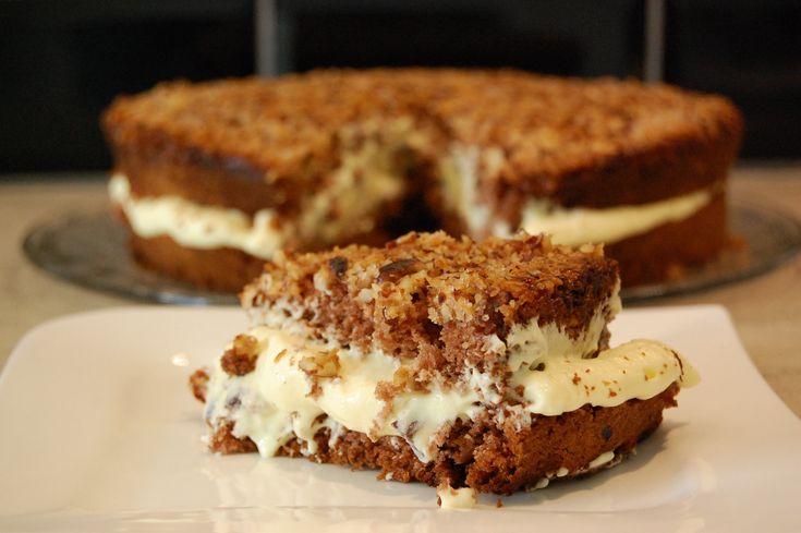 Bakelyst.no: Dette er en sukkerbrødlignende, glutenfri kake med kakao i, vaniljekrem i midten og en topp med deiligekaramelliserte hasselnøtter! Hemmeligheten er å legge hasselnøttene på bunnen sammen med masse smør og sukker og snu kaken rundt når den er ferdig.
