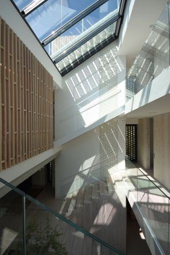 The large skylight ensures that even the kitchen on the ground floor receives sunlight