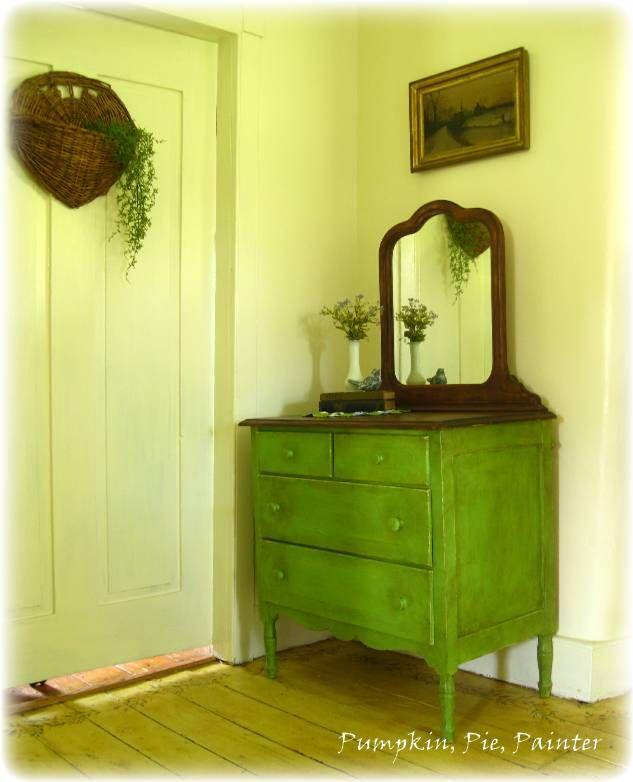 Rustykalne wnętrze. Klimat nadaje podłoga w drewnie i zielony mebel patynowany ciemnym woskiem.