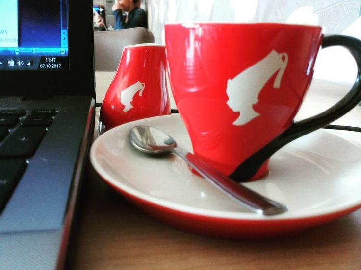 ' Nu ştiu ce munciţi voi azi, deşi teoretic n-ar trebui să munciţi pentru că e Sâmbătă, însă eu mi-am dat seama că întreprind cea mai #ideală muncă din lume.. aia scriitoricească ce se face la cafea! ' #TDarius   www.talosdarius.ro