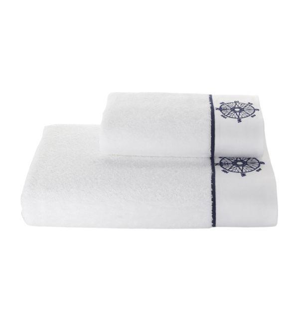 Ręcznik ten wykonany jest ze 100% czesanej bawełny o gramaturze 580g/m2. Jest częścią kolekcji MARINE LADY i tak jak pozostałe produkty jest nie tylko doskonałej jakości, ale jest też zaprojektowany w pięknym stylu. Gwarantujemy maksymalne zadowolenie oraz moment zachwytu i radości na twarzy tego, kto dostanie ten ręcznik w prezencie i go rozpakuje.