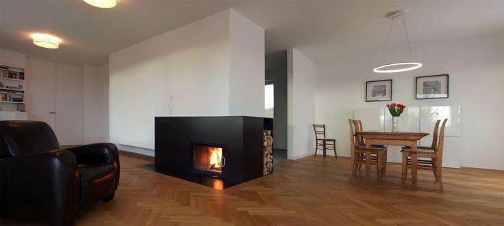 Grundofen mit Holzlege aus Rohstahl  Moderne Kamine aus ...