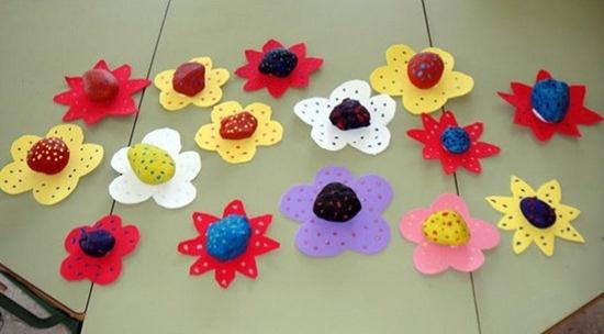 flor pisapapeles con piedras y cartulina:  http://www.manualidadesinfantiles.org/flores-pisapapeles-con-piedras-y-cartulinas/