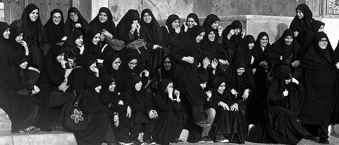 Un grupo de mujeres en Irán en una imagen tomada por la viajera Corina Yllera.       Sepideh se pinta a sí misma desnuda en Irán, un país...