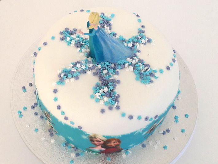 Voici une recette et des astuces pour faire un joli gateau d'anniversaire Reine des Neiges facile. Le secret, une figurine Elsa sur le dessus et un ruban de pâte à sucre imprimé Reine des Neiges. Avec une recette de gateau au chocolat moelleux. Irrésistible !