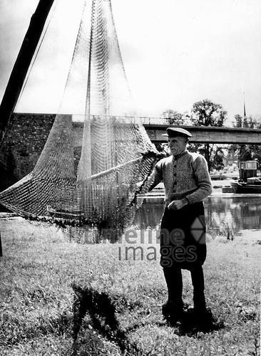 Ochsenfurt - Fischer mit Netz Ochsenfurt/Timeline Images #1960er #1960s #Fischer #Fischerei #Angler #Angeln #Fisch #Fischen #Fishing #Fisher #Fishery #Fish #Netz #Main #Mainbrücke #Brücke #Grünewald