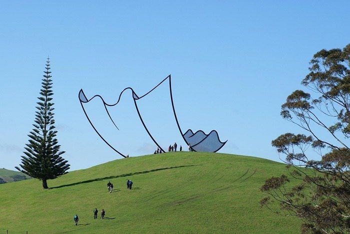 Горизонты, скульптура от Нил Доусона, Новая Зеландия.По мере приближения, стальной объект выдает свою трехмерность.