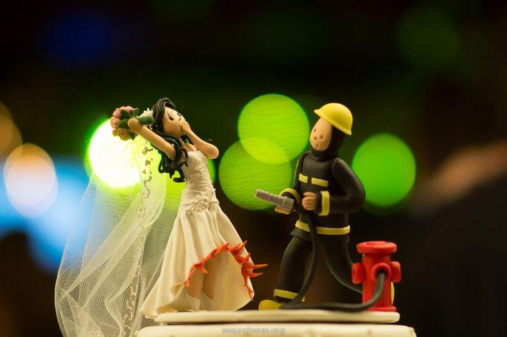 Topo do Bolo - Bombeiro  Vestida da noiva pegando fogo Noivinhos / Cake Bride  Clube dos Oficiais Minas Gerais Belo Horizonte BH  Fotografia de Casamento www.MauroTorres.org contato@maurotorres.org