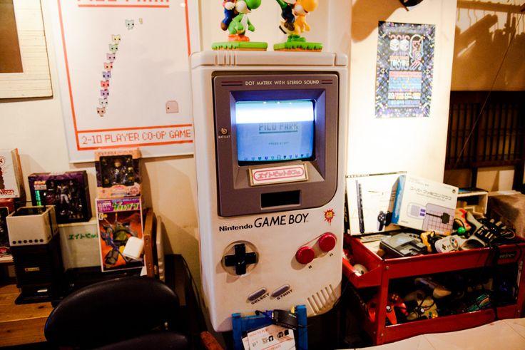 新宿三丁目にある、80年代をテーマにしたサブカルチャーカフェバー。雑居ビルの5階にある店内にはゲームのテーブル筐体(きょうたい)や懐かしい家庭用ゲーム機、漫画やフィギュアが飾られており、ゲームは大量のソフトから好きなものを選んでプレイすることが可能。オリジナルカクテルには『ピーチ姫の誘惑』や、『ドクターマリオ』など、ゲ