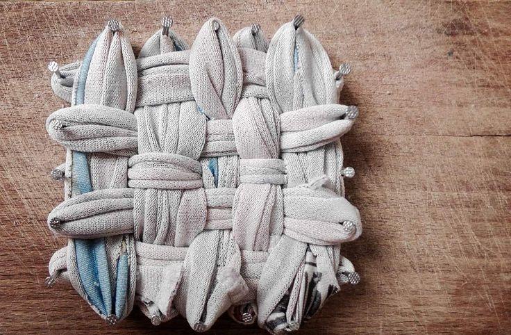 Un tawashi est une petite lavette d'origine japonaise fabriquée à la main par un système de tissage quadrillé. Ce petit objet permet de remplacer l'éponge habituelle de nos cuisines. L'avantage du tawashi c'est qu'il est durable car lavable en machine...
