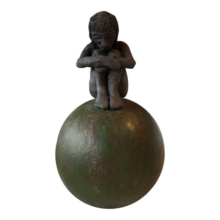 Unika keramikfigur med pigeskikkelse på stor grøn ært inspireret af eventyret Prinsessen på ærten.Skulpturel fortolkning over eventyrets identitets tema, hvor den lille skikkelse næsten syner bort på den store ært.