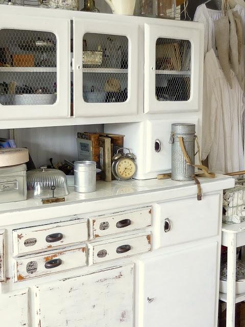 Alter Küchenschrank / Antique kitchen cupboard ähnliche tolle Projekte und Ideen wie im Bild vorgestellt findest du auch in unserem Magazin . Wir freuen uns auf deinen Besuch. Liebe Grü�