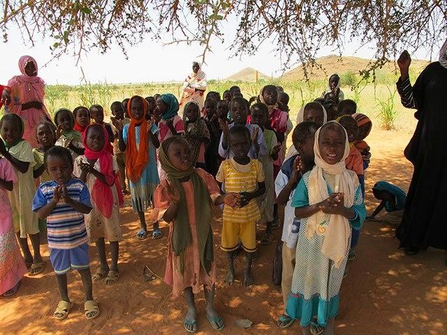 Ripiantare alberi, ricostruire radici.  (Kids for Kids è una ONG inglese che lavora nei villaggi del Darfur in Sudan per migliorare la vita nella regione devastata da una guerra terribile e decennale. Piantare alberi per guarire la desertificazione, consentire il riparo dal sole e la ripresa delle scuole all'aperto).  Ph: Kids for Kids
