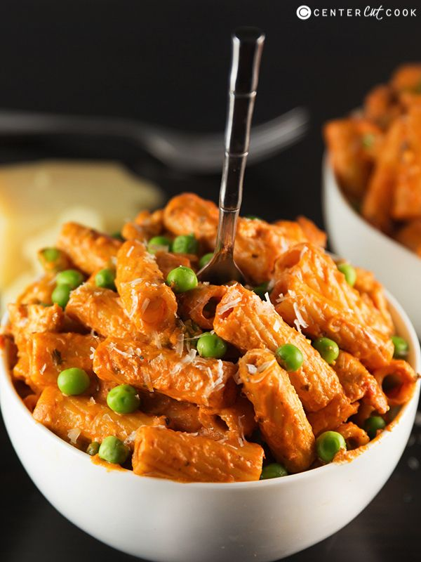Spicy Chicken Rigatoni - Spicy chicken, tons of garlic, a combo of alfredo and marinara sauce, and a handful of peas make up this Spicy Chicken Rigatoni.