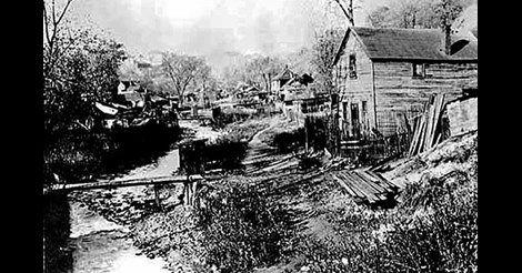 Svenskar är korkade, luktar illa och går inte  att prata med. De bor i  slummen i Swede Hollow och står längst ner på  den amerikanska  samhällsstegen.