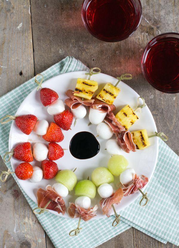 .. zonder tomaat. De caprese spiesjes van mozzarella met tomaat en basilicum kennen we allemaal denk ik. (zo niet, neem dan even hier een kijkje) Ze zijn zo op zijn tijd super lekker, maar misschien wel een beetje standaard? Daarom deel ik vandaag drie nieuwe hapjes met mozzarella. Zonder tomaat. Een spiesje met ham en meloen,... LEES MEER...
