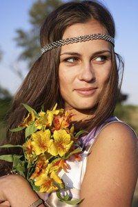 70er Jahre Flower Power-Girl - Test: In welches Jahrzehnt passen Sie? - Peace! Woodstock, lange, wallende Haare, Blumenmuster und freie Liebe - Ihr Jahrzehnt sind die 70er Jahre. Sie sind kreativ, lieben das Außergewöhnliche und leben gerne ein wenig in den Tag hinein...