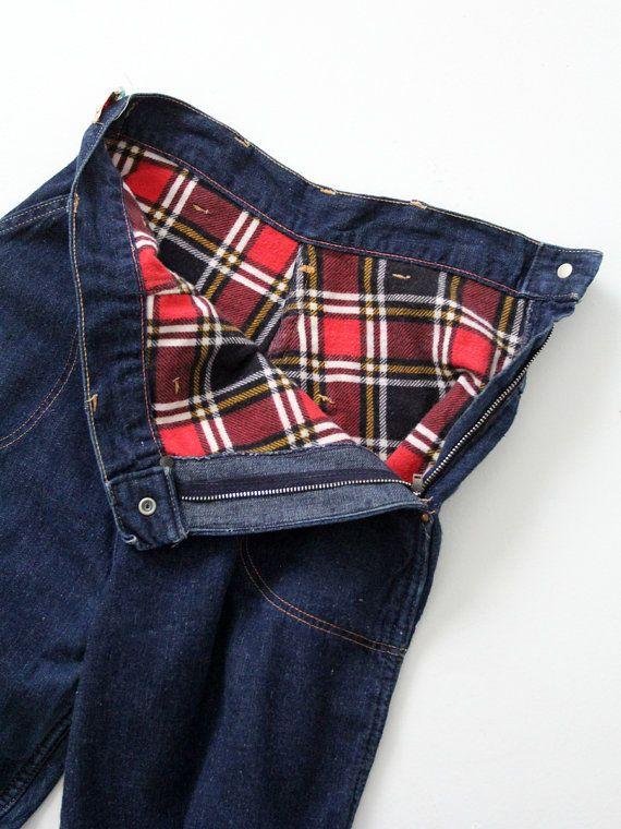 1950er Jahre  Eine klassische Damen Jeans! Dies ist ein paar alte Kitty Carson-Jeans mit einem Seiten-Reißverschluss. Die hohe Taille Denim ist ein rot kariertes Flanell gesäumt. Die dunkle Wäsche Jeans Features Kontrast Nähten, vier Taschen und Nieten.  → Kitty Carson Jeans Mfg von Ely & Walker → hohe Taille Jeans mit einer Seite Reißverschluss und Snap-Verschluss → dunkelblau Denim mit kontrastfarbigen Nähten → rot und schwarz Plaid Flanell Futter → Kitty Carson-Tag auf der linken Seite...