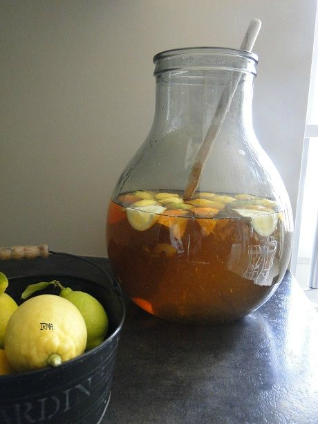 VIN DE CITRONS 1l de vin blanc  15 cl d'alcool pour fruits à 40° 100 g sucre roux 1 citrons coupés en quartier et légèrement pressés 1 gousse de vanille  1 bâton de cannelle Mélangez, stockez au frais pendant 8 jours, pas plus. Filtrez, mettez en  bouteilles, Attendez 1 mois avant de consommer très frais. http://irmasvd.canalblog.com/archives/2014/02/18/29236849.html#utm_medium=email&utm_source=notification&utm_campaign=irmasvd