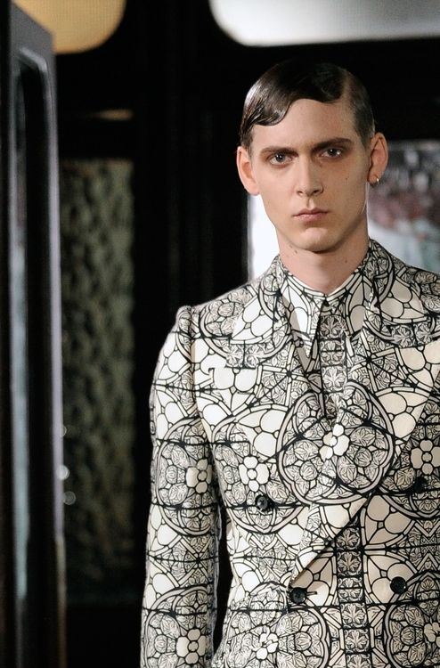 The @Alexander Forsén Forsén Forsén Forsén McQueen show featured suits in an all-over curvilinear pattern that had a feel of stained glass windows or Spirograph patterns #LCM #AlexanderMcQueen. Subscribers can read the full report here.