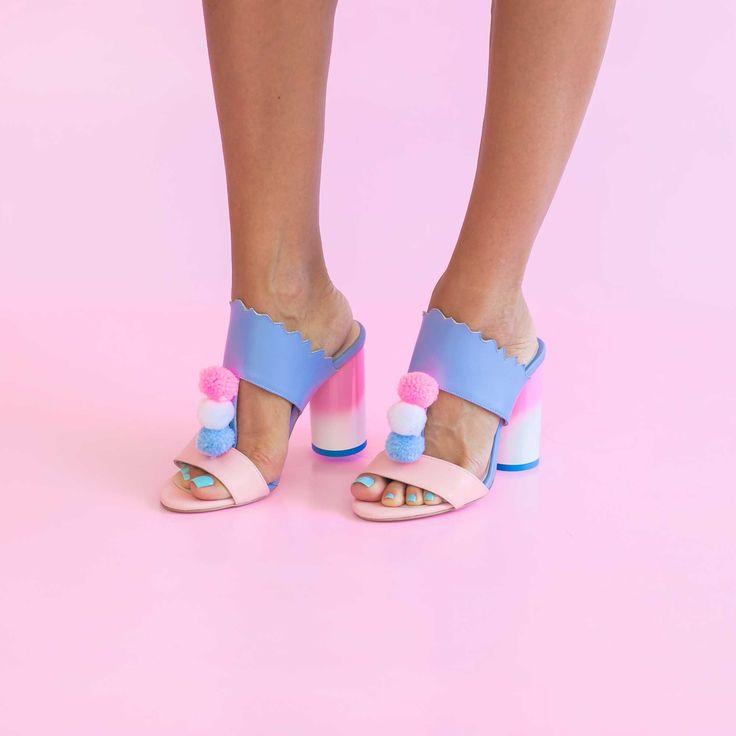 Saboții de damă Mineli PomPom sunt realizați dintr-un mix de piele albastră cu piele roz, toc în degrade în culori dulci și ciucuri colorați.