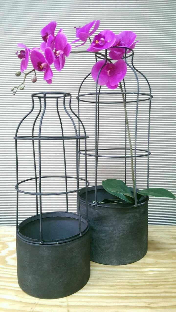 Oryginalna osłonka/doniczka wazon wykonana z metalu z ażurowym górnym ściąganym elementem. Metal w kolorze grafitowym z przetarciami farby. Świetnie wyglądają w niej kwiaty, trawy, rośliny pnące i świece też :)  A może u was znajdzie jeszcze inne zastosowanie? Doniczka występuje w dwóch rozmiarach, wysokość 42 cm i 55 cm.