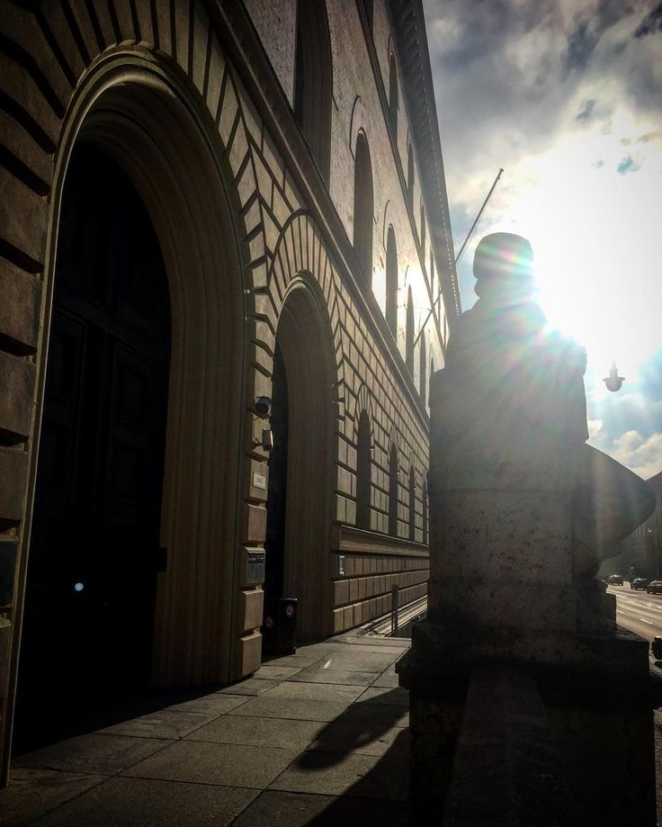 Recherche zur Historie im historischen Bau der StaBi München - da geht die Sonne auf ;)    #autor #writing #lovemylife #lovemyjob #buch #bücher #bücherliebe #bookstagram #architecture #photography #schreiben