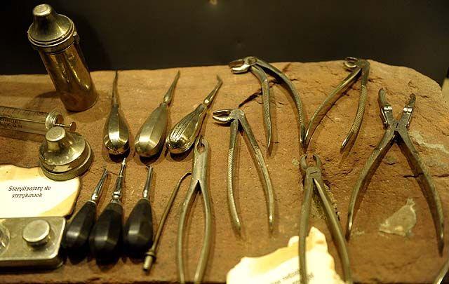 Urok starego gabinetu stomatologicznego - z galerii Narzędzia tortur? Nie, sprzęt dentystyczny!. Urok starego gabinetu stomatologicznego Mało kto wie, że już wiele wieków temu ludzie używali różnorakich przedmiotów do utrzymania higieny jamy ustnej. Używano do tego m.in.  gałązek drzew, wykałaczek, lnianych nici, ptasich piór czy rybich ości. W krajach arabskich używano narzędzia o nazwie miswak lub siwak wykonanego z gałązek lub korzeni roślin wykazujących własności bakteriobójcze. ...