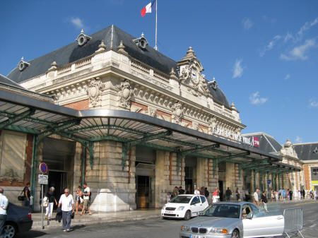 The train station in Nice where Dmitri rents a locker to stash the stolen painting.