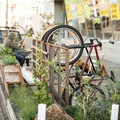 Parklet garden parking; SubRosa Coffee / Manifesto Bikes Oakland: Halb-Öffentlicher Garten vor einem Kaffee. Sitzen, Trinken, Essen und Fahrrad.