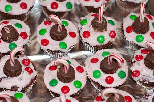 christmas cupcakesCandies Tops, Candies Xmas, Cake Cupcakes, Cakes Cupcakes, Candies Canes, Cupcakes Ornaments With, Christmas Cupcakes, Ornaments Cupcakes, Xmas Cupcakes