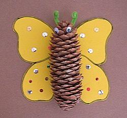 spring- Bu çam kozalaklarından bol miktarda bulma zamanındayız. Küçük yaş grubundaki kesme becerisi gelişmiş çocukların bile rahatlıkla başarabileceği bu sevimli kelebek için elbette önce bir doğa yürüyüşü ile sepetler kollarda güne başlanmak çok iyi olacaktır. :) Sonrasında kelebekler mi yapılır, sayı mı sayılır, arka arkaya mı dizilir, gerisi doğaçlamaya ve miniklerin ihtiyaçlarına göre gelişecektir. Off yazarken bile bu etkinliği uygulama isteği duydum, uygulayacaklara kolay gelsin. :)