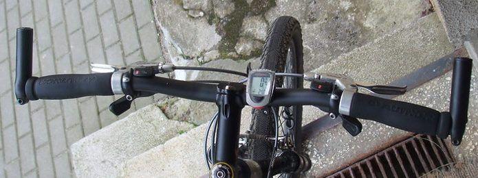 ハンドルをカスタム クロスバイクの バーエンドバー がおすすめです バーエンド クロス 自転車用ライト