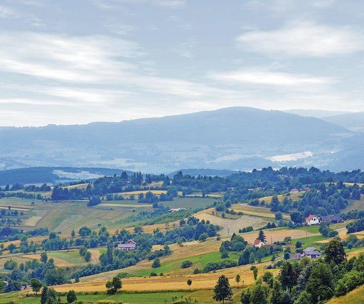 Kým za mnohými kruhovými výhľadmi musíte šliapať pešo celé hodiny, na Raticov vrch nad Hriňovou sa vyveziete autom po asfaltke.