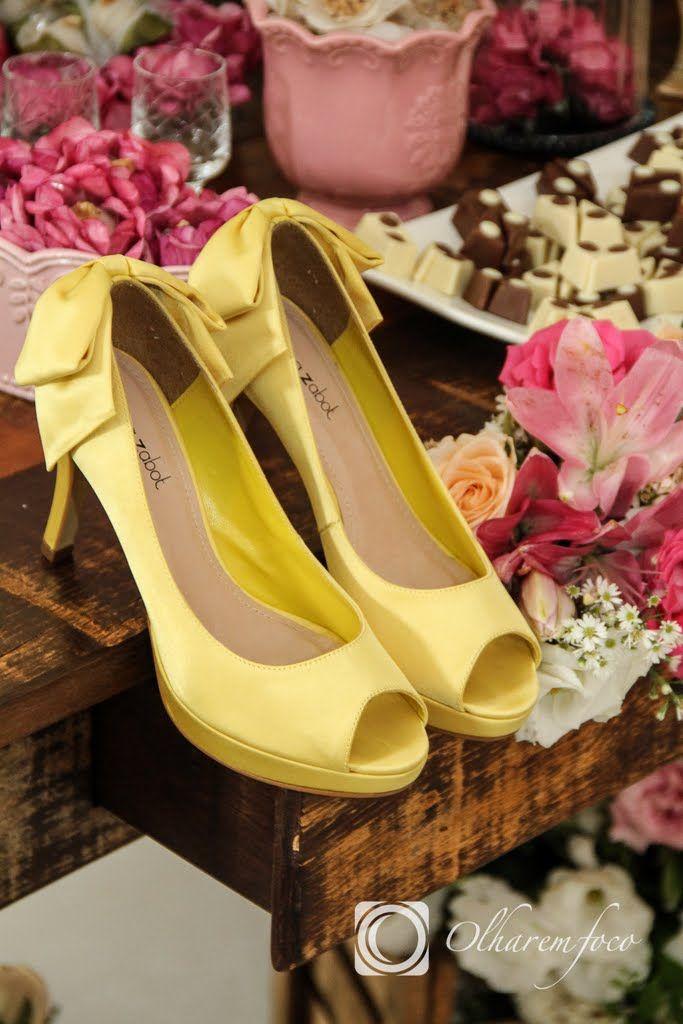 Sapatos coloridos trazem um diferencial pro look.