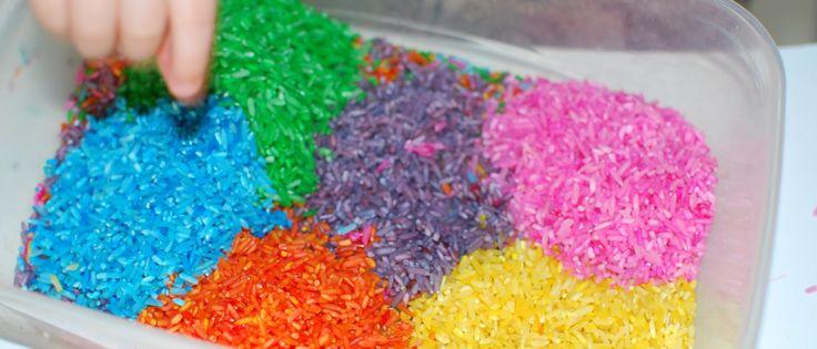 Heerlijk exploreren met gekleurde rijst. Ik bedacht er al eens 16 tips bij. Nu nog eens 7 tips om spelend te leren en te ontdekken met gekleurde rijst. Het recept schreef ik ook al eerder op het blogmet de tips. Deze keer liet ik mijn zoontje van bijna twee spelen met de gekleurde rijst. Door …