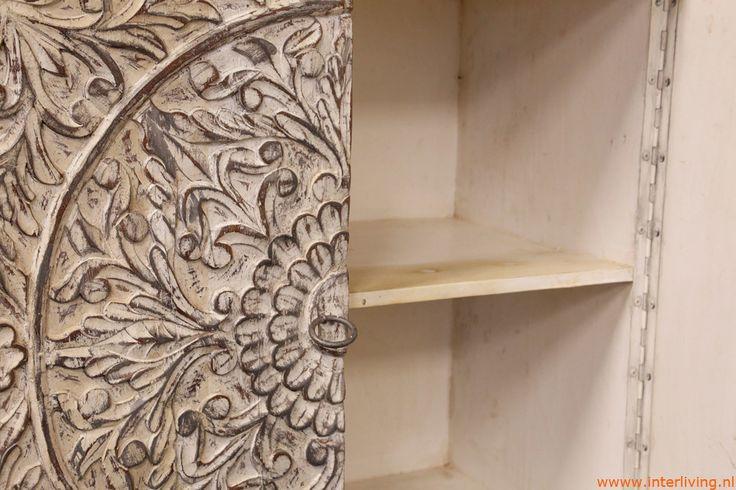 oosterse meubelen, geven een oosters tintje aan elk interieur. Indiase Tafels, nachtkastjes, kasten, kapstokken met met massief hout en mozaïek