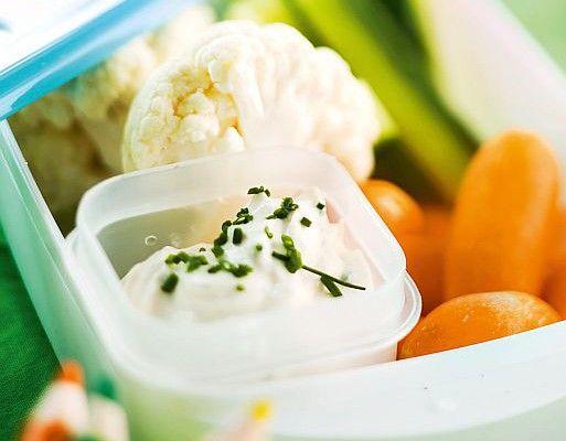 Napostelumix 1. Pese ja paloittele kurkku ja kukkakaali naposteluporkkanoiden kokoisiksi annospaloiksi. 2. Sekoita jogurttikastikkeen ainekset keskenään ja anna maustua viileässä muutama tunti tai yön yli ennen tarjoilua. 3. Annostele kasvikset ja kastike erikseen välipalarasiaan ja nosta viileään odottamaan tarjoilua.