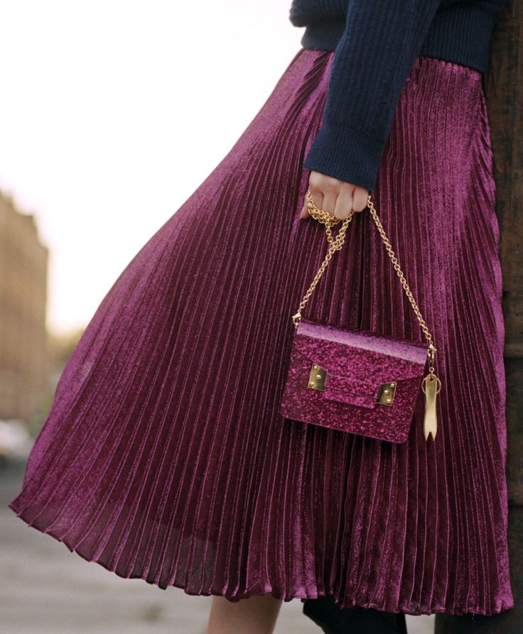The Compton envelope in Fuchsia Pink Glitter plexiglass adorned with our gold-plated chip fork charm. The perfect addition to party looks, the glossy style looks sleek against modern textures. Discover the full collection at sophiehulme.com.