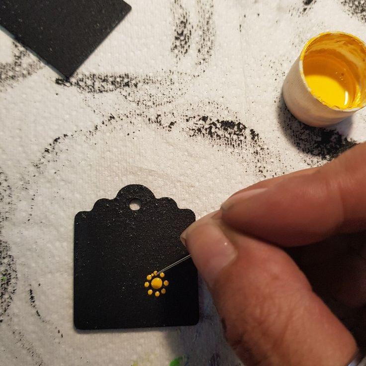 Los pequeños detalles son importantes, así se tengan que hacer con aguja #dreamsandreves Artesanía mexicana, artesanía, artesana, huevos tallados, botellas decoradas, botellas pintadas, puntillismo, hecho a mano, handmade, diseños únicos, joyería de diseñador, joyería artesanal, hecho en México, productos exclusivos, piezas exclusivas, pintado a mano, decorado a mano