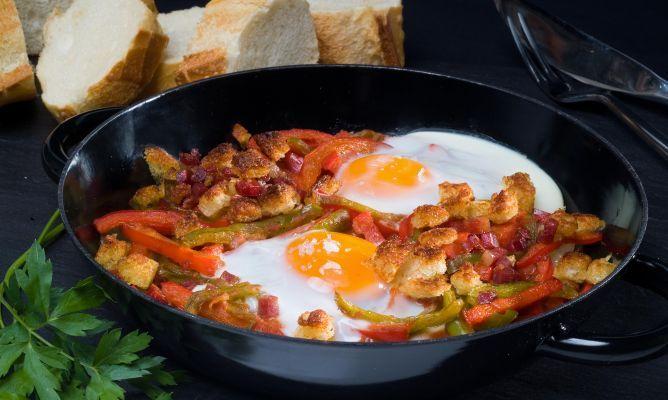 Sarten de huevos rotos con jamón, patatas, pimiento, cebolla y cominos