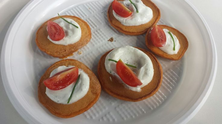 Pancakes alla polpa di pomodoro, yogurt greco ed erbe by @golosomangiarsa