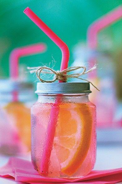 Potes de papinha de bebê – com tampa e tudo – foram reutilizados e viraram recipientes descolados para uma versão rosa da limonada
