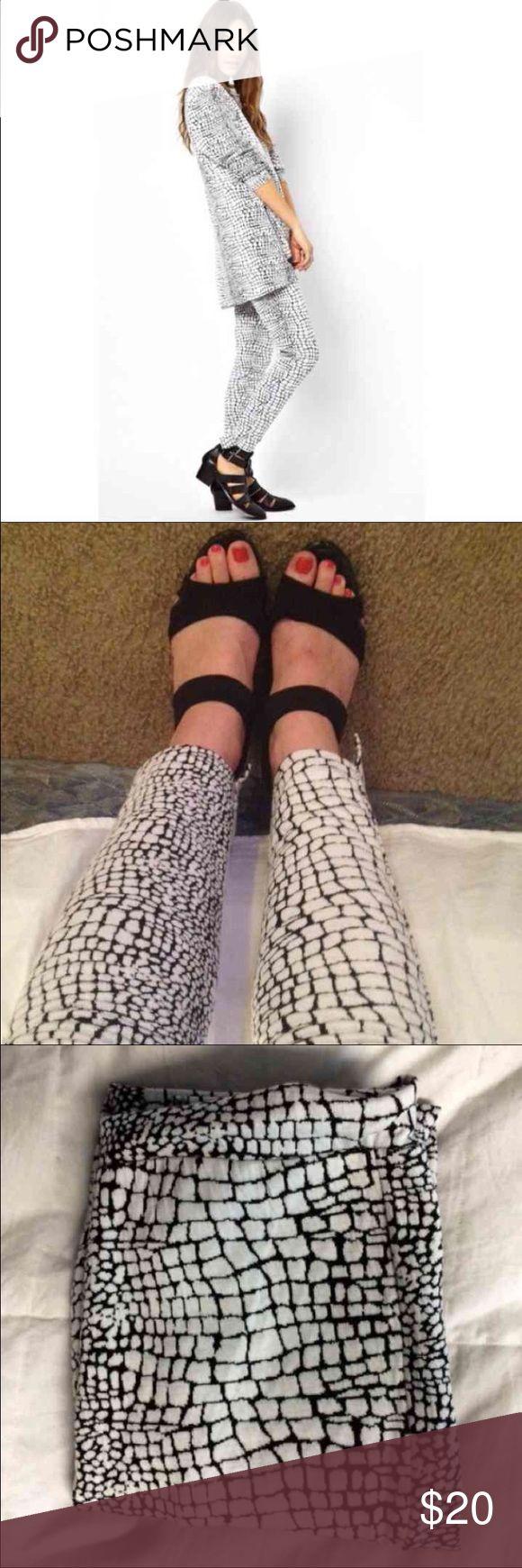 ASOS snake print pants NWOT, black and white snake print, very comfy. ASOS Pants Ankle & Cropped